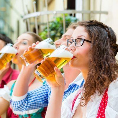 web_Raise a glass at Starkbierzeit shutterstock_146470772