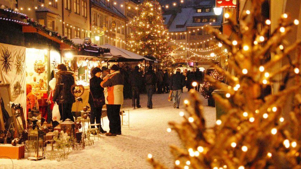 ATTRACTIONS -Christmas Market in Bregenz